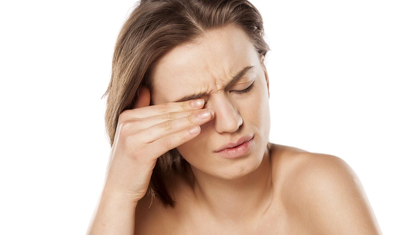 Болката в очната ябълка или околоочната област най-често е свързана с възпалителни заболявания, остър пристъп на закритоъгълна глаукома или травма и изисква преглед от очен лекар.